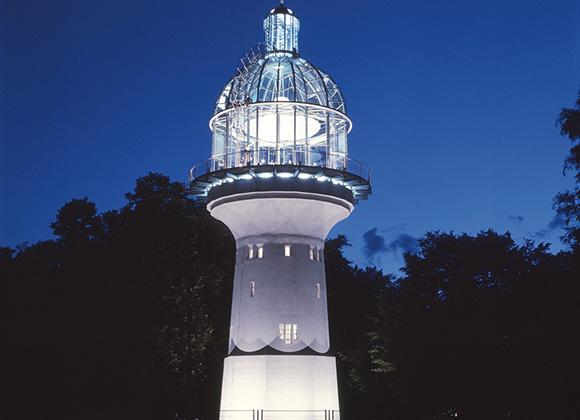 Lichtturm bei Nacht